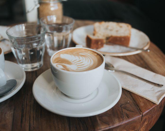 Bord med kaffekopper